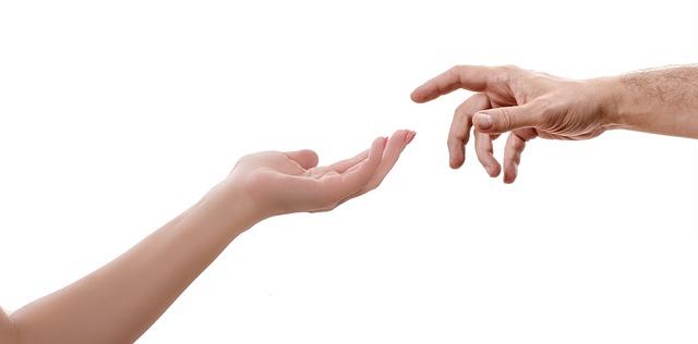 ruce na pozadí