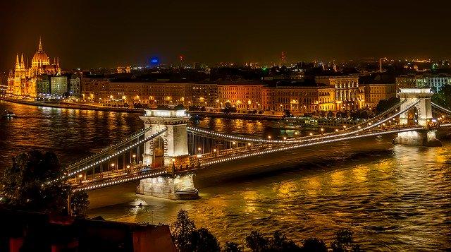 Pohľad na parlament v Budapešti.jpg